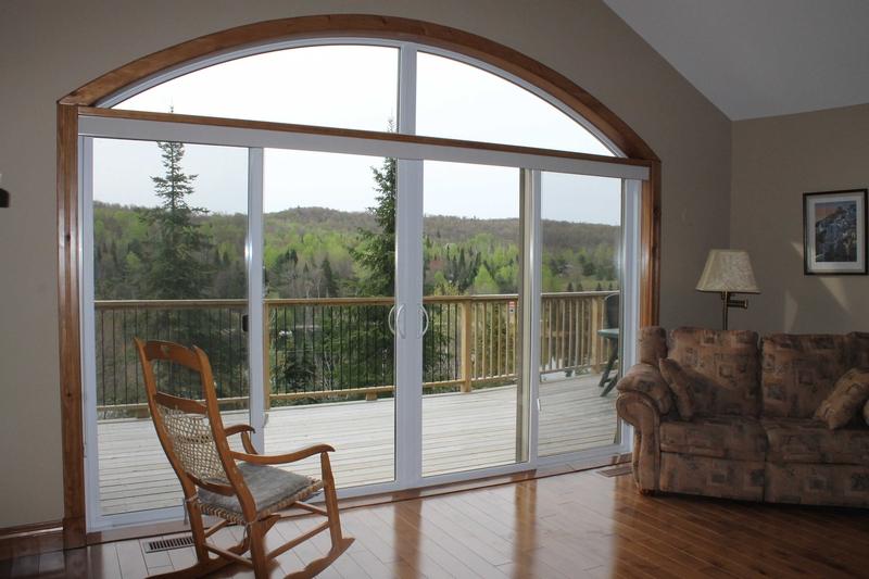 Salon champêtre avec vue sur la forêt