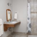 Salle de bain avec douche sans seuil (roll-in shower)