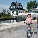Mère et fille à vélo devant le canal