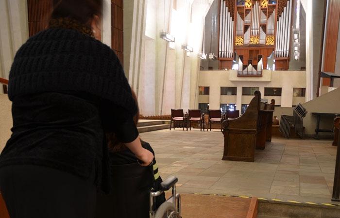 Personne en fauteuil roulant à l'intérieur de l'Oratoire