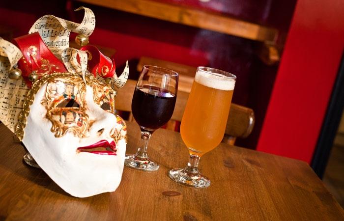 Masque de théâtre et bières