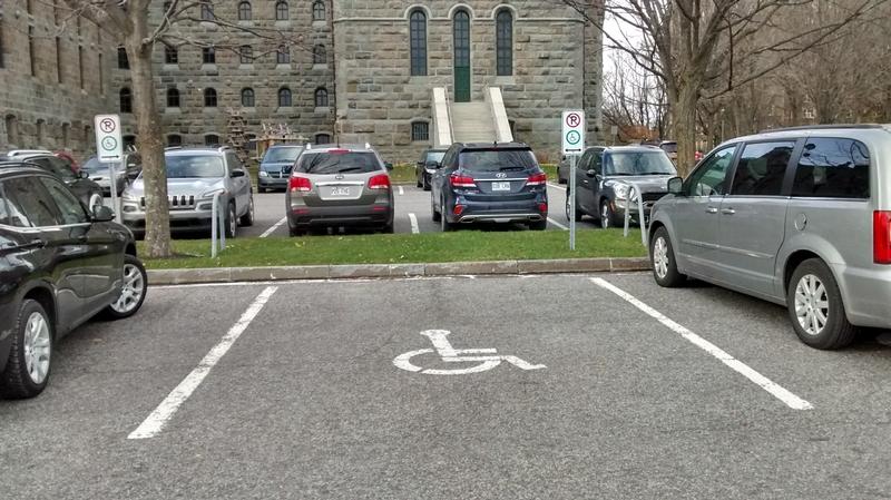 4 espaces de stationnement réservés à l'arrière du Pavillon central