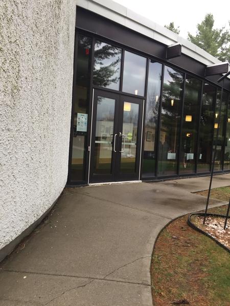 Entrée secondaire accessible / Pavillon Gilles-Lefebvre