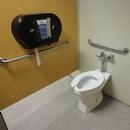 Plusieurs cabinets accessibles dans les salles de toilettes sur le site
