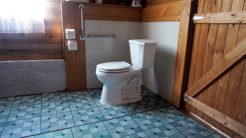 Vue intérieure de l'un des deux cabinets de toilette accessible