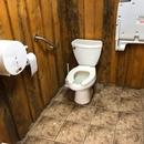 Salle de toilette située près du comptoir de restauration