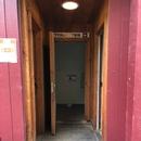 Présence d'un seuil pour accéder à la salle de toilette accessible du Moulin Légaré