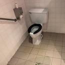 Cabinet accessible - Salle de toilette hommes du Bistro l'Arrivage