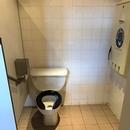Cabinet accessible - Salle de toilette femmes du Bistro l'Arrivage