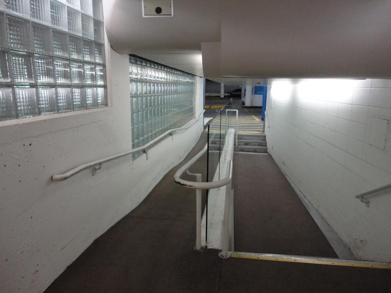 Lien entre le stationnement et l'entrée du musée