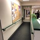 Rampe d'accès menant de l'entrée à la section des jeunes