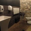 Salle de toilette située à l'étage inférieur du Vieux-Moulin