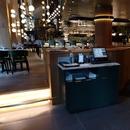 Tables au rez-de-chaussée inaccessibles, mais celles au 2e étage sont accessibles via l'ascenseur de l'hôtel