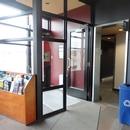 Vestibule de l'entrée située derrière l'établissement - via le stationnement