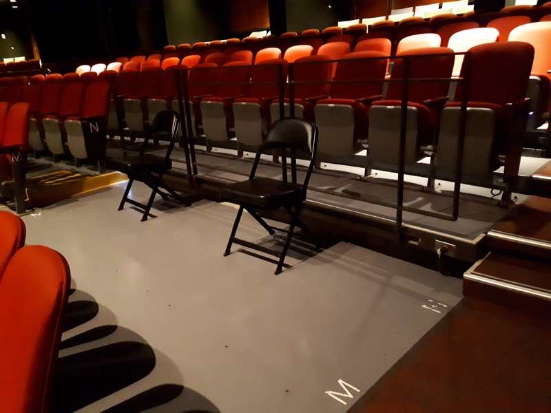 Places réservées au centre de la salle de spectacle.