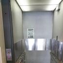 Plate-forme élévatrice permettant l'accès à la zone réservée du IMAX située à l'étage