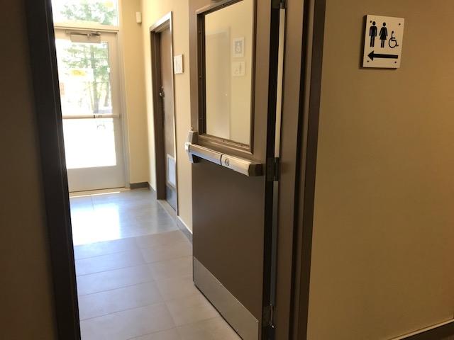 Signalisation vers la salle de toilette accessible