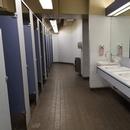 Salle de toilette hommes située derrière la boutique