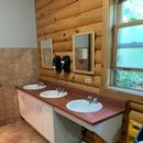 Salle de toilette partiellement accessible - Maison du Parc