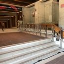 Présence d'un monte-personne dans les escalier pour accéder à la section pair