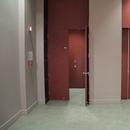 Accès salles de toilettes et ascenseur au rez-de-chaussée