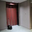Porte ascenseur et salle de toilette mixte 1er étage