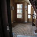 Vestibule de l'entrée accessible sur le côté