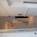 Corridor desservant la toilette mixte et l'entrée accessible