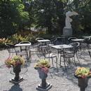 Jardin-terrasse où se fait le service de thé par beau temps