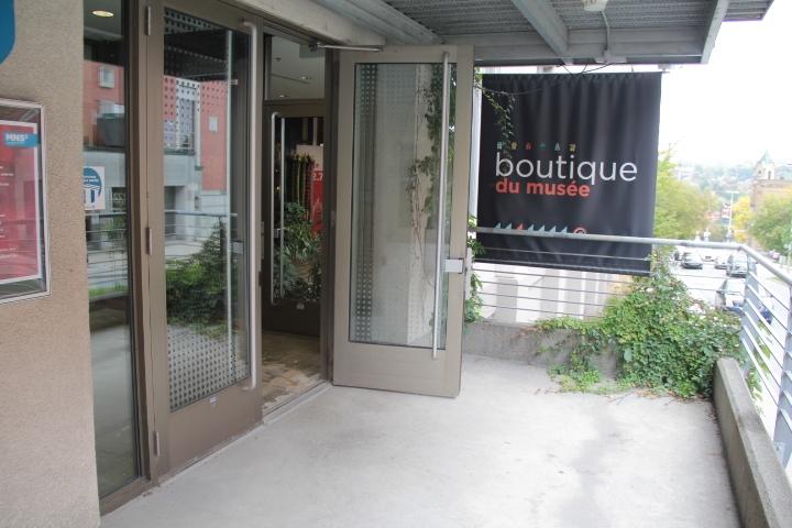 Porte d'entrée avec ouvre-portes automatique