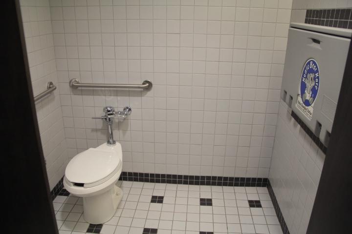 Cabine salle de toilette femmes niveau 2