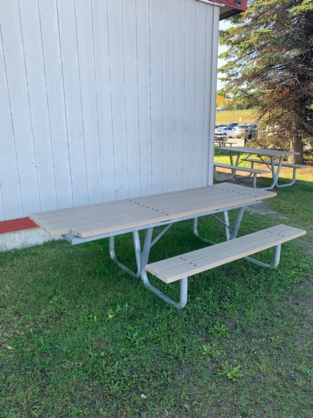 Table à pique-nique accessible sur le site