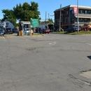 Allée entre le stationnement réservé et l'entrée principale du marché