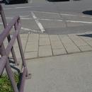 Bateau de trottoir dans l'allée entre le marché et la salle de toilette