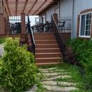 Escaliers menant à la terrasse de la microbrasserie, depuis l'extérieur