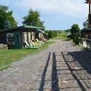 Allée vers la terrasse extérieure et vers le vignoble, irrégulier et en pente moyenne