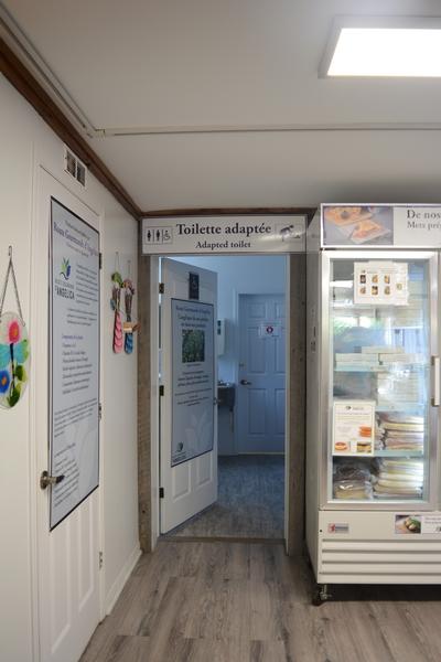 Porte du cabinet de toilettes accessible