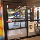 Porte d'entrée avec ouvre-porte automatique et vestibule