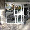 Porte d'entrée avec ouvre-porte automatique, trajet accessible vers la pharmacie