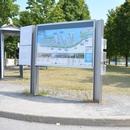 Panneau d'affichage, trop haut et accès via une marche