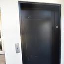 Porte de l'ascenseur présent dans le vestibule, menant à la pharmacie
