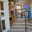Vestibule d'entrée de la pharmacie, présence de marches et d'un ascenseur sur la droite
