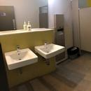 Salle de toilette aménagée pour femmes et pour les personnes handicapées