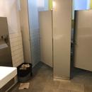 Salle de toilette des hommes non accessible