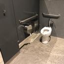 Cabinet de toilette accessible de la salle de toilette des femmes, située au rez-de-chaussée