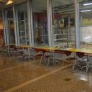 Tables dans le hall d'entrée