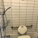 Bain/douche avec banc de douche disponible