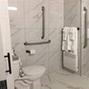 Chambre 102 salle de bain complète vue d'ensemble