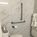 Chambre 102 toilette et barres d'appui