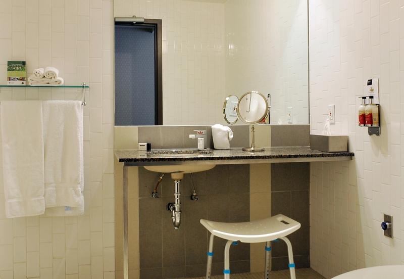 Salle de bain lavabo chambre 702
